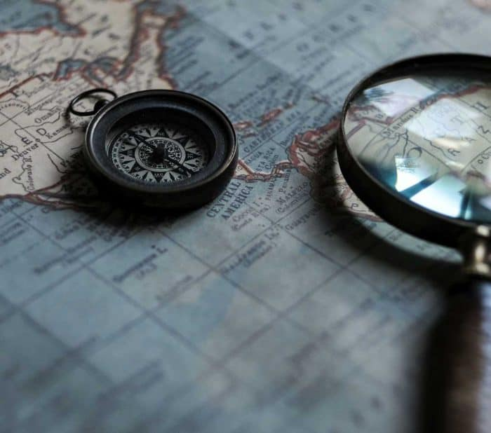 Using A Magnifying Glass Ver A Map